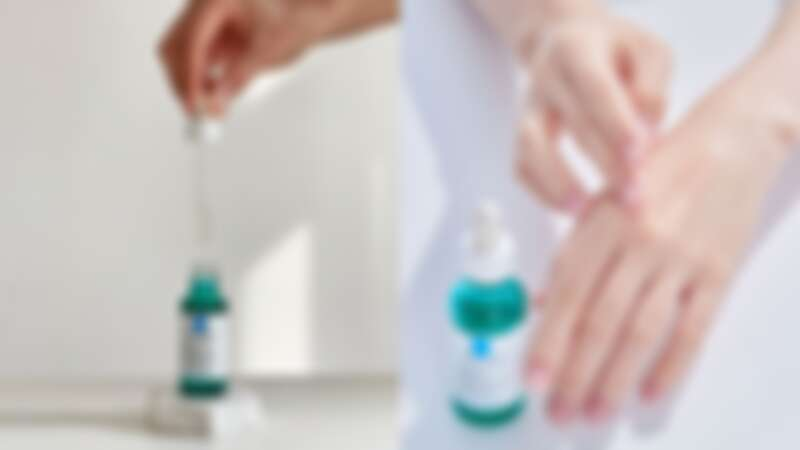 理膚寶水極效三重酸煥膚精華情境與質地
