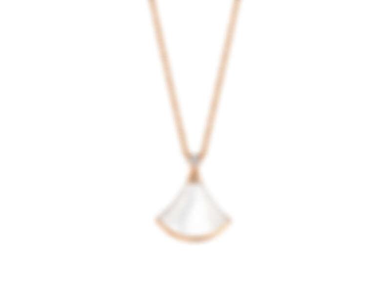 BVLGARI Divas' Dream系列珍珠母貝與鑽石項鍊 玫瑰金項鍊,扇形綴飾上方鑲嵌1顆圓形切割鑽石、扇形切割珍珠母貝。參考售價:約新台幣62,700元