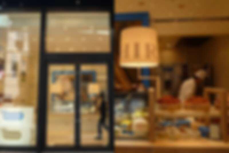 現場販售新鮮現做的麵包、蛋糕製品。