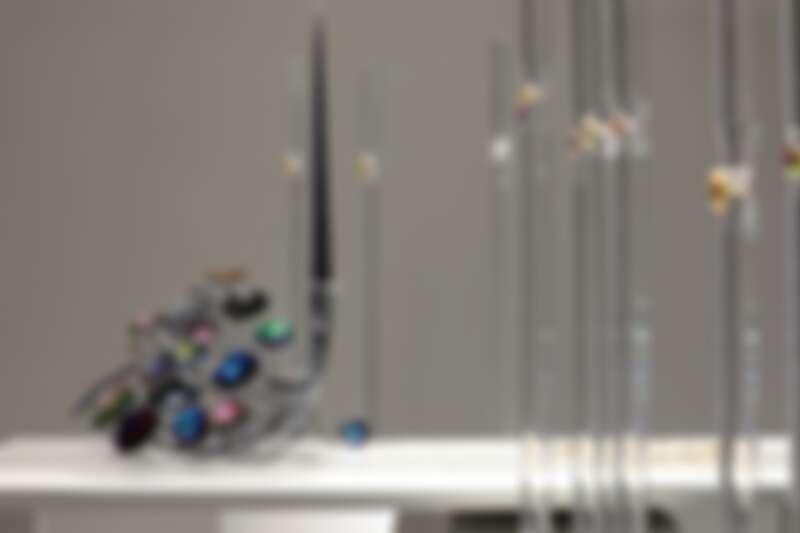 鎌田治朗,《Holon Candle Piece #2》,2021年,相機鏡頭、24K鍍金、玫瑰金鍍膜、PVD鍍膜、銀,40x40x45cm。