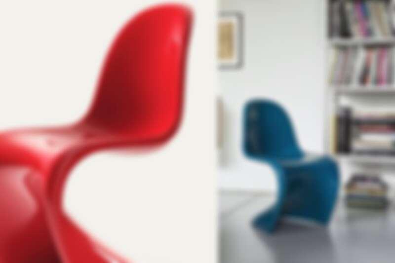 圖為 Panton Chair Classic 藏家版,定價NT 47,000 元,材質為硬質聚氨酯泡沫塑料(Rigid polyurethane foam)加上高光亮面烤漆。