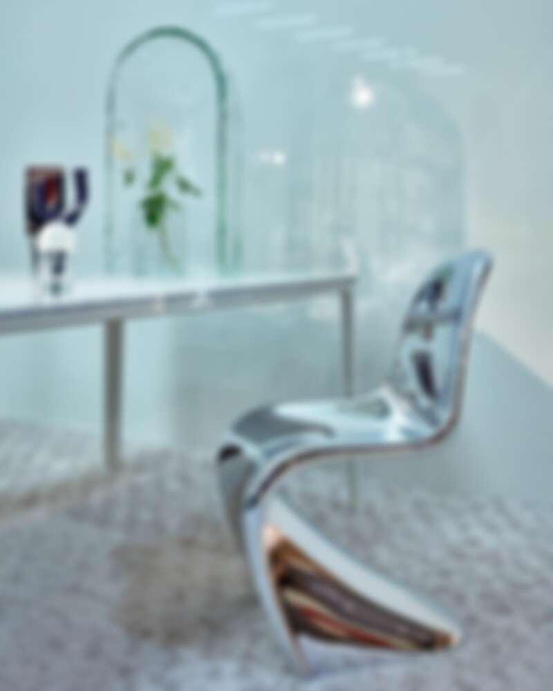 有著「世界最性感的椅子」之稱;此為 Panton Anniversary Edition 版本 ,已絕版