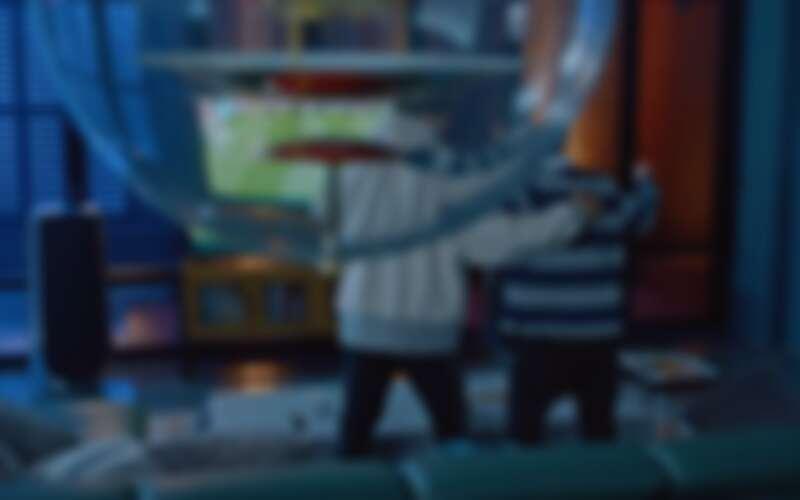 《女神降臨》中男主角車銀優房間內有兩盞 Globe 吊燈。