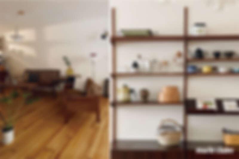 浮木深港店主一家的客廳空間,有許多精彩的室內軟裝單品。
