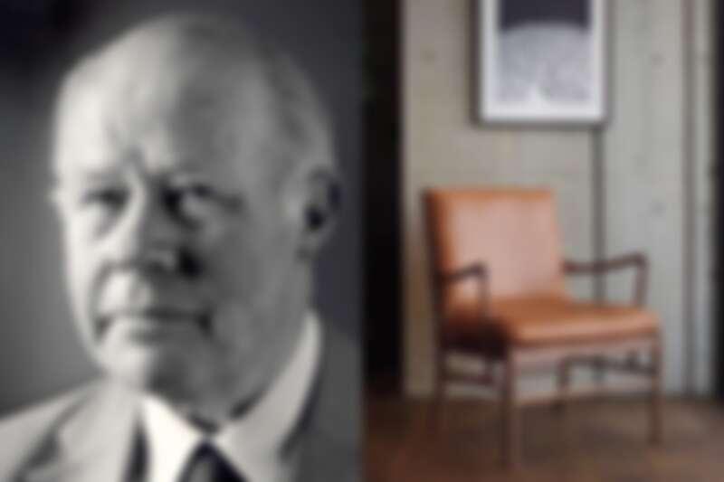 左為設計師 Ole Wanscher,右為知名的殖民椅。