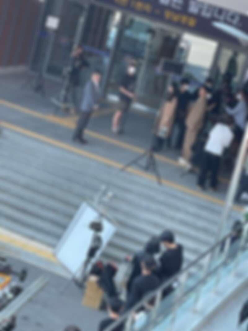 《現在分手中》路透片場照,宋慧喬、張基龍「情侶裝」姐弟戀超搭!