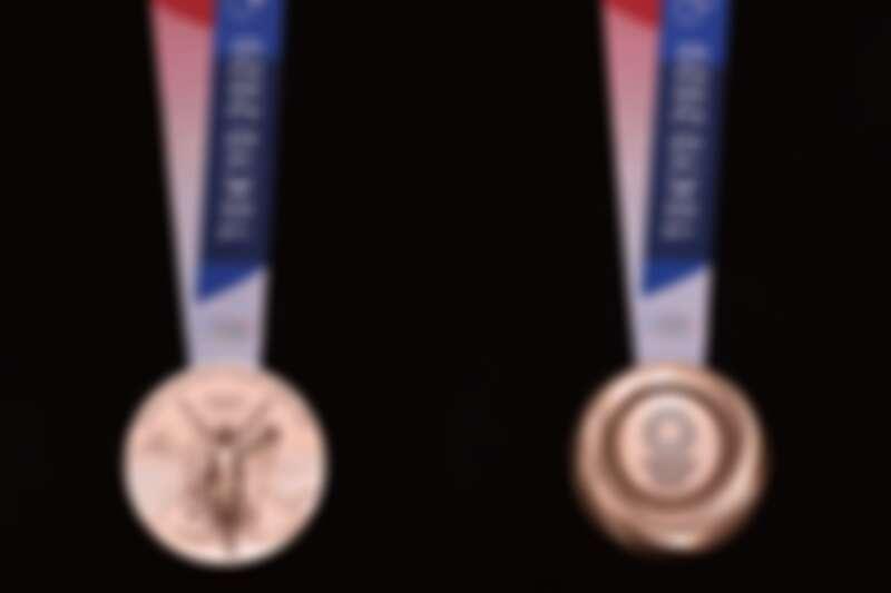 銅牌正反面。