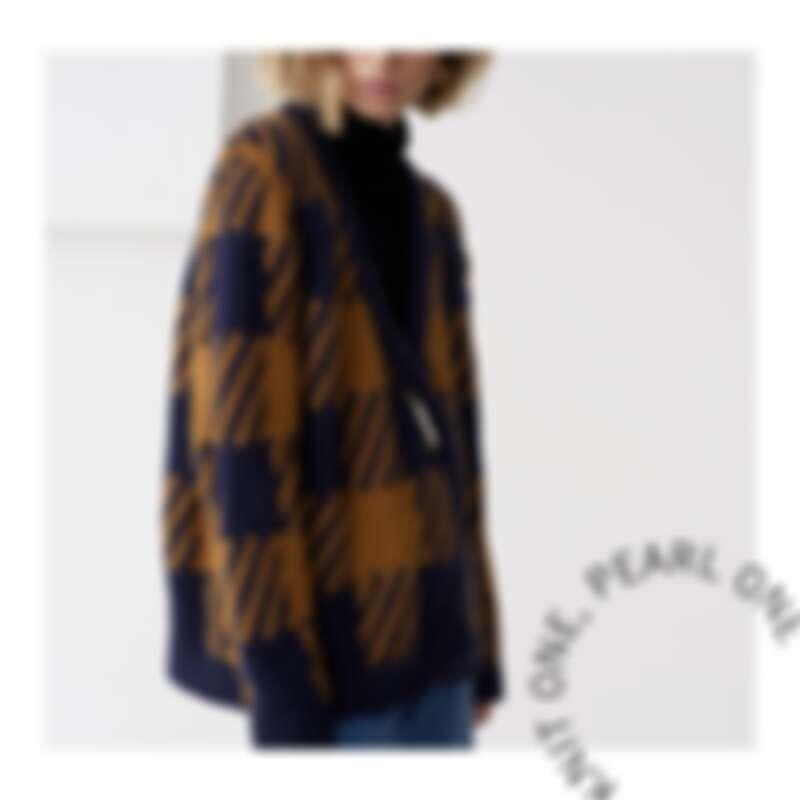 與英國品牌 Mother of Pearl 合作設計推出的開襟外套。