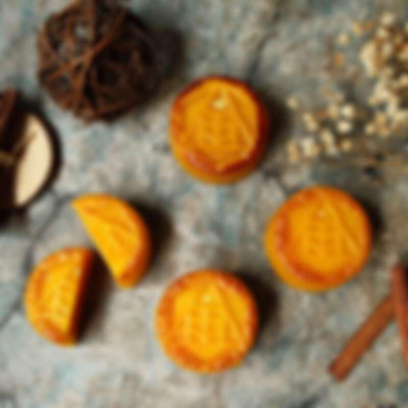 【月悅禮盒】以秋月般的金色月餅為主打,加上金箔點綴其外,象徵喜慶、高貴又與金秋節令相伴