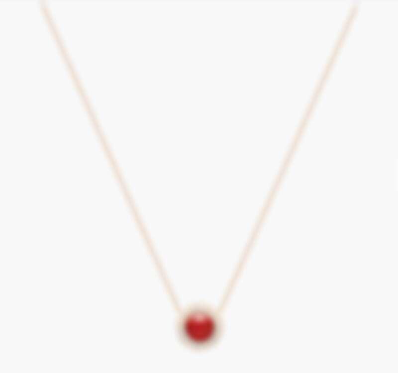 Possession 項鏈,18K玫瑰金,鑲飾20顆明亮形切割圓形美鑽(約0.28克拉)和1顆光玉髓(約0.82克拉)。吊飾可反轉有2種穿戴方式,背面可鐫刻,售價NT$ 131,000