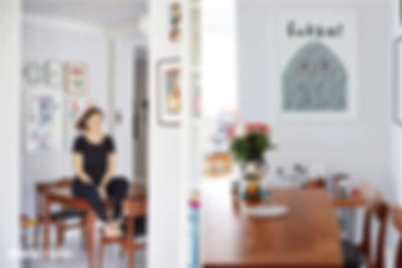(左)Arrhenius 和家裡的餐桌合影,在家沒什麼專屬工作空間,她通常會這張餐桌上工作。(右)Arrhenius和 OMM Design 合作的椒鹽罐,和 Kitsch Kitchen 合作的花瓶。牆上的海報是插畫家 Kenneth Andersson 的作品,他也是瑞典人。