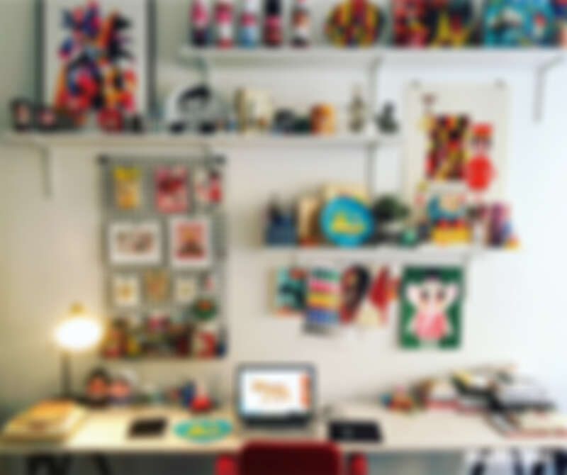工作室的書桌上方擺滿靈感小物,是她工作室空間裡最喜歡的地方。