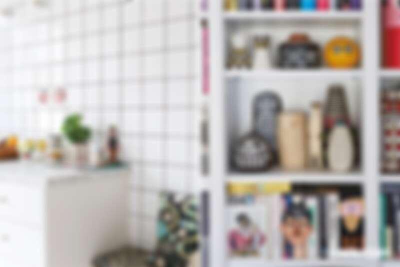 (左)住在斯德哥爾摩市區的公寓採光極佳,古董邊桌搭配明亮的白色磁磚,營造出清新乾淨的氛圍。(右)書架上擺滿從各處蒐集來的古董小物,全都很有她的風格,活潑又色彩繽紛。