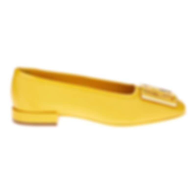 黃色牛皮芭蕾平底鞋,NT24,900。