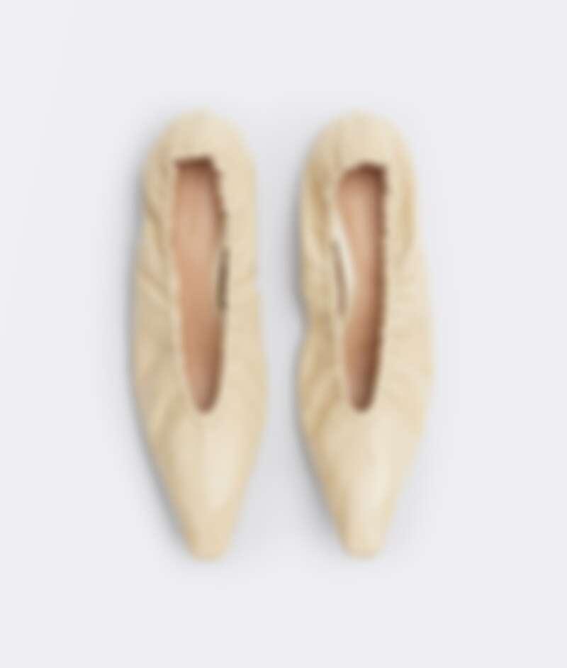 米白色尖頭芭蕾舞鞋,NT22,900。