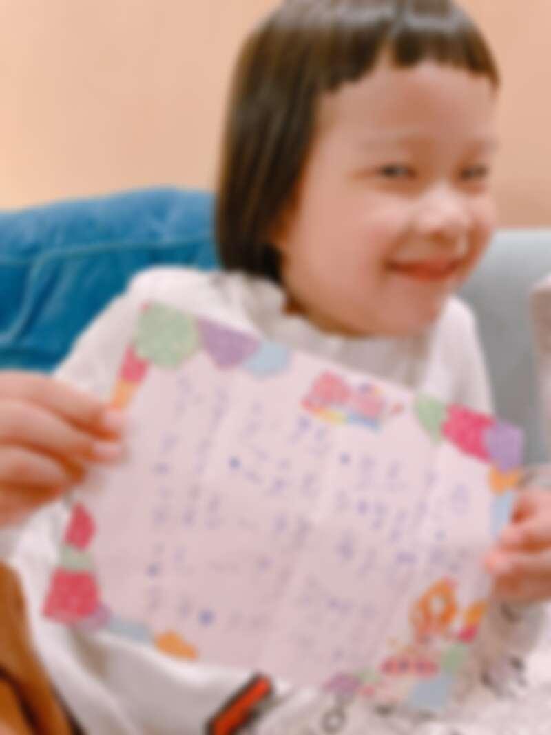 ▲胖球和斯拉每天都會寫信給爸媽告白,但因為斯拉是左撇子,常會寫出鏡像的字。(圖/索尼音樂、胖球人生)