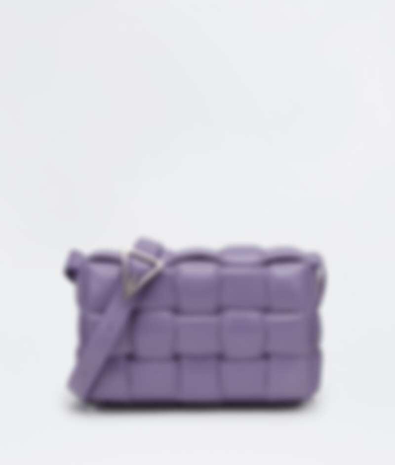 紫色大編織側背包,NT97,000。