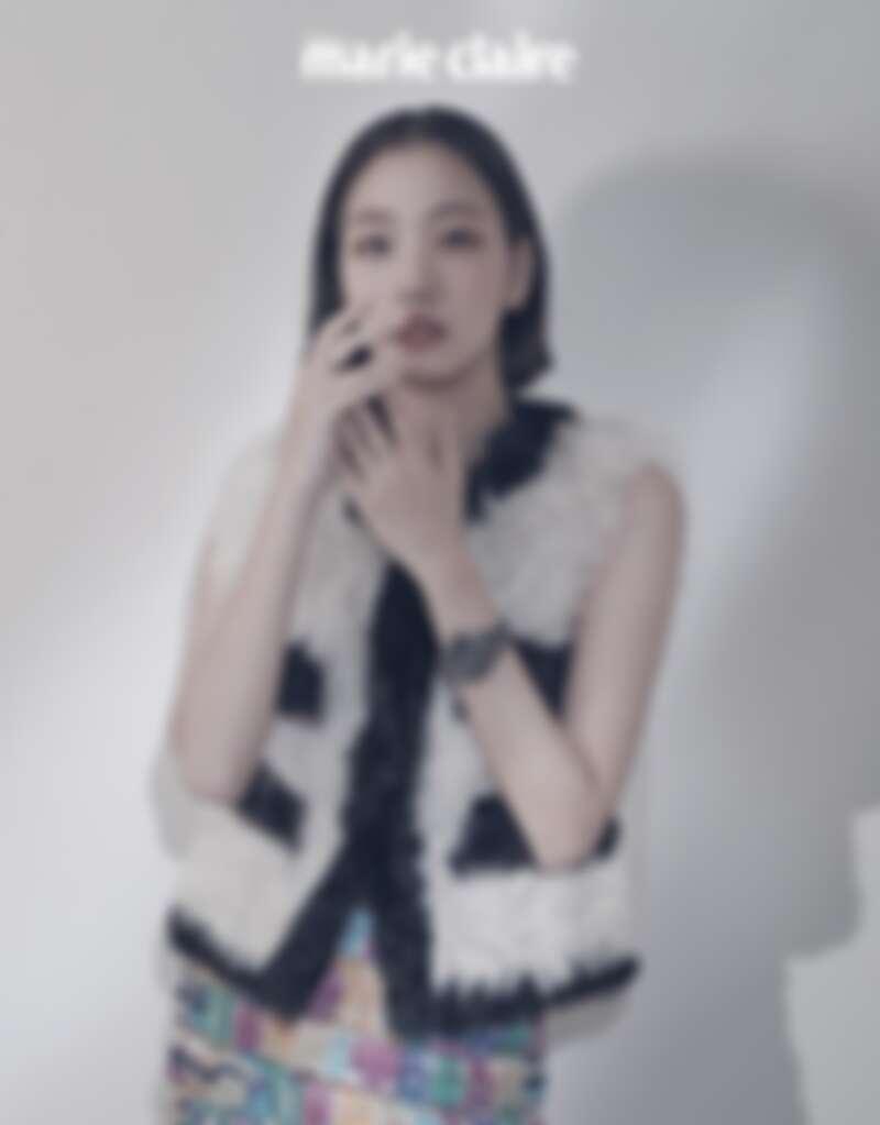 黑白雙面剪羊毛背心、多色 Chanel Paris 印花真絲斜紋布短裙、J12腕錶、Coco Crush 高級珠寶耳環及戒指,all by CHANEL。