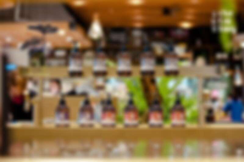 茶籽堂漢神巨蛋店,以「從土地生長出來的樣子」為發想,打造融合在地風格與土地元素專屬店裝。