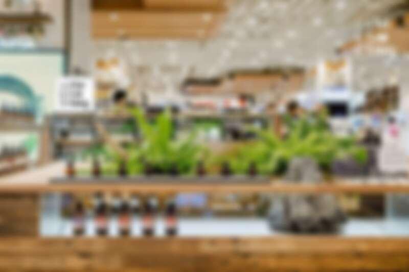 茶籽堂藉由石頭從桌面穩固堅毅地生長出來的中島設計,象徵土地永恆不滅的生命力。