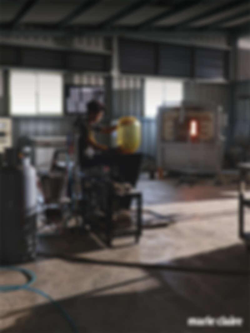 Aboon 廠區三樓即是丁右尉的玻璃工作室,玻璃創作的門檻較高,除了吹製技巧外製作設備也相當複雜,Aboon 提供了完善的設備, 有電熱爐、徐冷爐、模具、噴沙機以及專業的玻璃吹製工具散落於工作室空間。