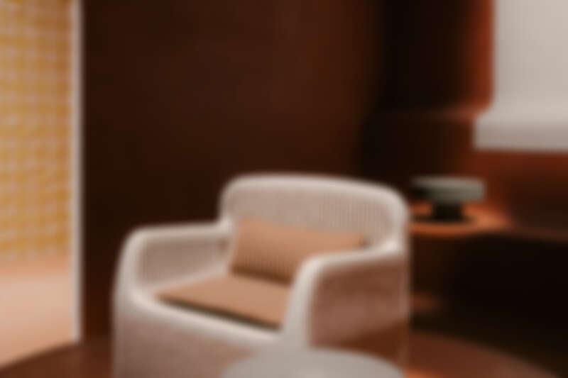 於會場展示的 Sillage d'Hermès 有機形態扶手椅。