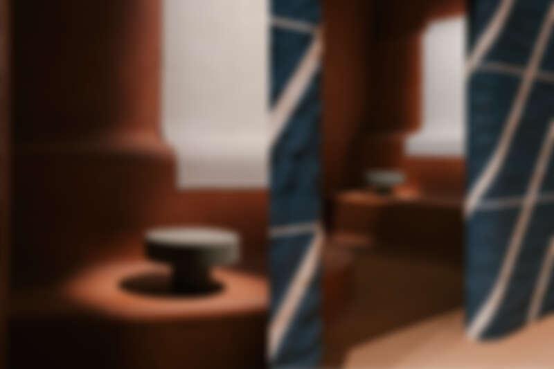 於會場展示的 Lignage d'Hermès 系列石桌。