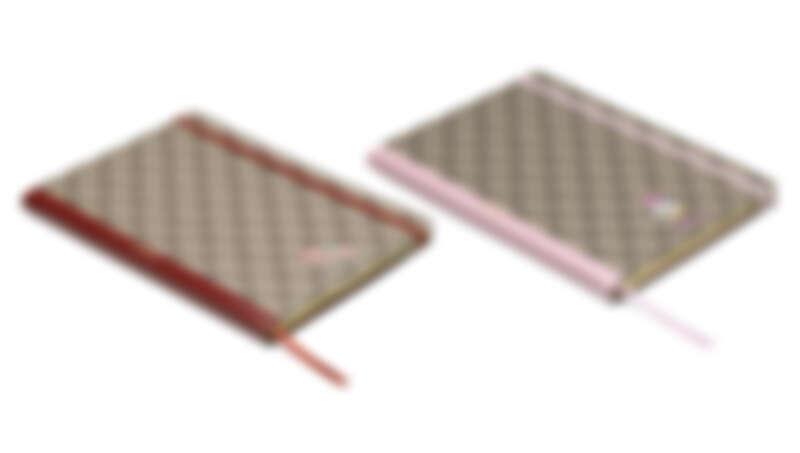 (左)紅色GG緹花貓咪印花筆記本,NT7,900元、(右)粉色GG緹花唐老鴨印花筆記本,NT7,900元。
