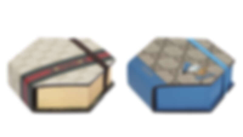 (左)金色馬銜鍊印花六角形便條紙,NT6,800、(右)藍色GG緹花唐老鴨印花六角形便條紙,NT6,400。