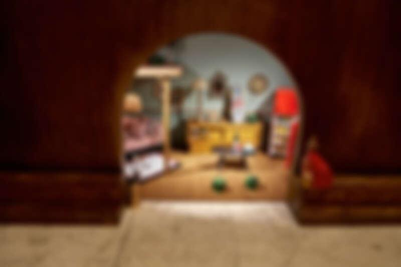 放滿 Gucci 家具的迷你鼠窩公寓。
