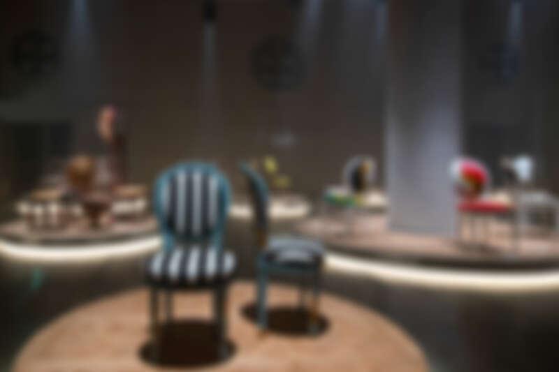 The Dior Medallion Chair 展覽現場。