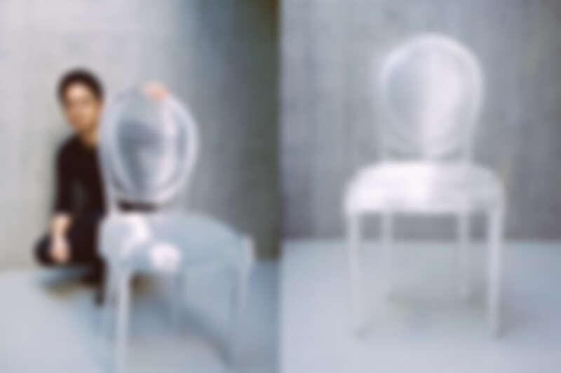 日本建築師吉岡德仁使用且推疊364片的透明材質,展示了光影可穿透流動的圓背椅。