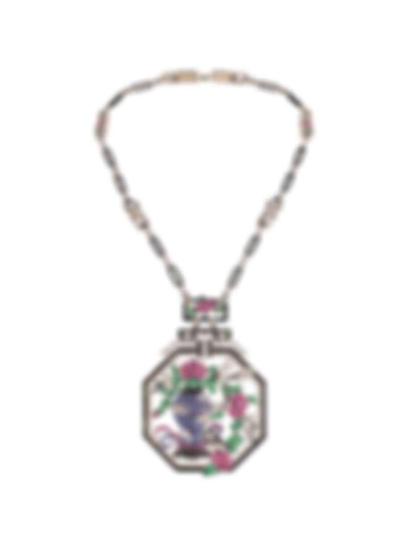 亞洲風格長項鍊(短版),1924年,鉑金、藍寶石、祖母綠、縞瑪瑙、鑽石,Van Cleef & Arpels梵克雅寶系列