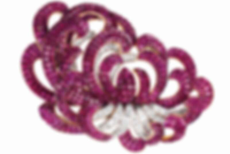 CHRYSANTHEMUM胸針,1937年,鉑金、黃K金、Mystery Set隱密式鑲嵌紅寶石、鑽石,Van Cleef & Arpels梵克雅寶系列 © Van Cleef & Arpels SA - Patrick Gries