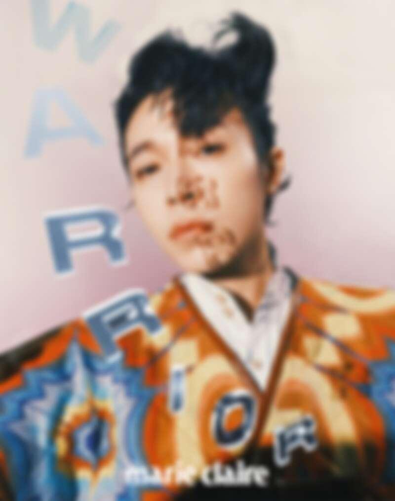 藍色牛津襯衫、印花圖騰背心外套,all by Gucci。