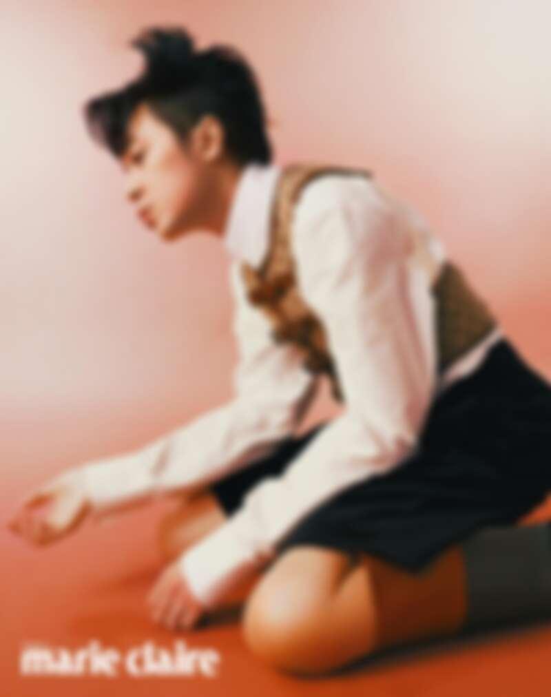 GG 緹花帆布背心、白色棉質襯衫、黑色七分褲,拼接撞色皮革馬靴,all by Gucci。