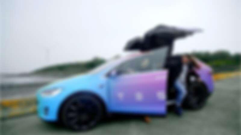 獲選者 Wendy 與她的朋友們秉持著「唯有行動,才會帶來改變。」的信念,一同駕駛彩虹 Model X 前往台灣西部海岸淨灘。