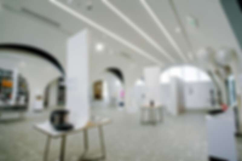 以數個拱形結構構成整個空間,彷彿讓人沈澱心情的美術館空間。