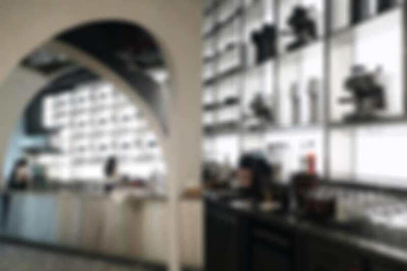 嶄新空間有吸睛的一字型吧台,上頭並展示了恆隆行的廚房相關商品,相當有氣勢。