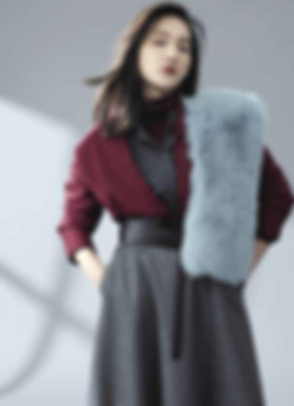 輕暖羊毛襯衫 NT7,980,高領針織衫 NT4,980,中長版A字圓裙 NT9,880,結飾皮革腰帶 NT4,980,皮草圍巾 NT19,800 / all by iCB
