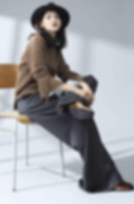 袖口飄帶針織衫 NT7,980,復古荷葉袖襯衫 NT價格未定,時尚長寬褲 NT價格未定,天鵝絨短靴 NT價格未定,羊毛紳士帽 NT5,980 / all by iCB
