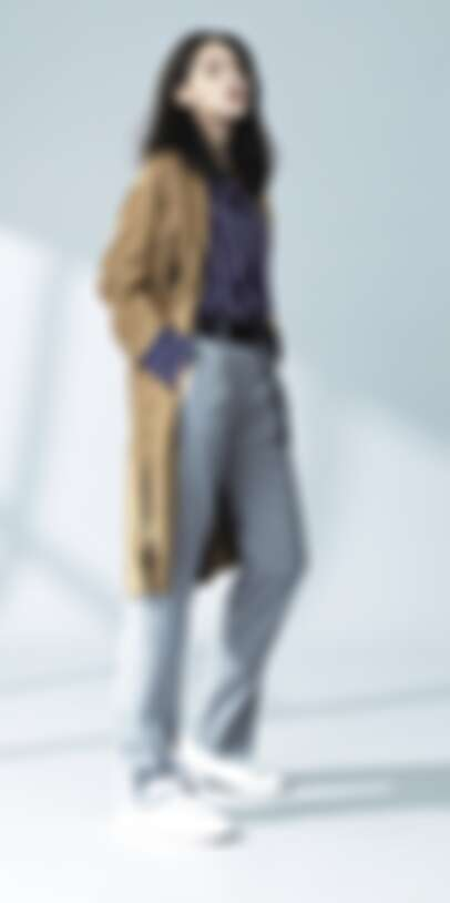 仿麂皮風衣 NT11,800,時尚條紋襯衫 NT7,480,俐落開衩長褲 NT8,680,皮革休閒鞋 NT7,680 / all by iCB