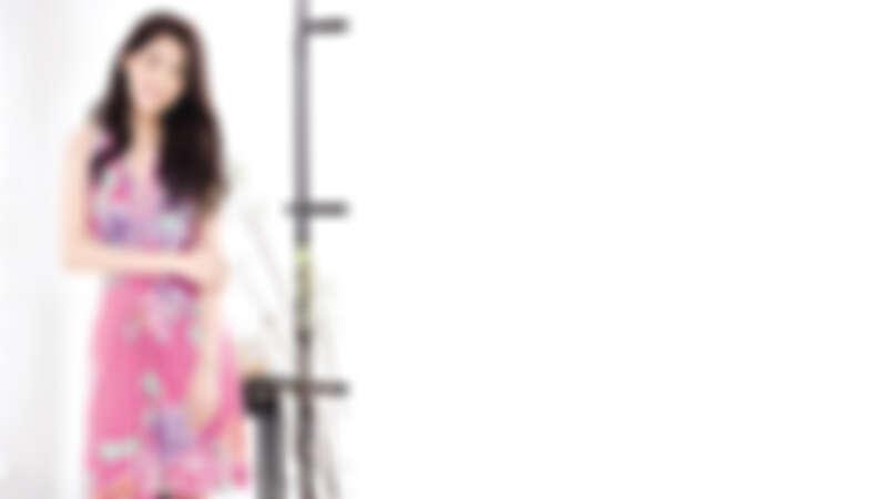 Leonard Paris 粉紅短洋裝,NT137,000 Aimee Aimer 三重環戒指 Folles Iguazu系列,粉紅寶石與鑽石,NT131,000 Aimee Aimer 項鍊 Folles Iguazu系列,粉紅寶石,NT 93,000 Aimee Aimer 項鍊&手鍊兩用 Tiare系列,18K金和養殖珍珠,NT70,000