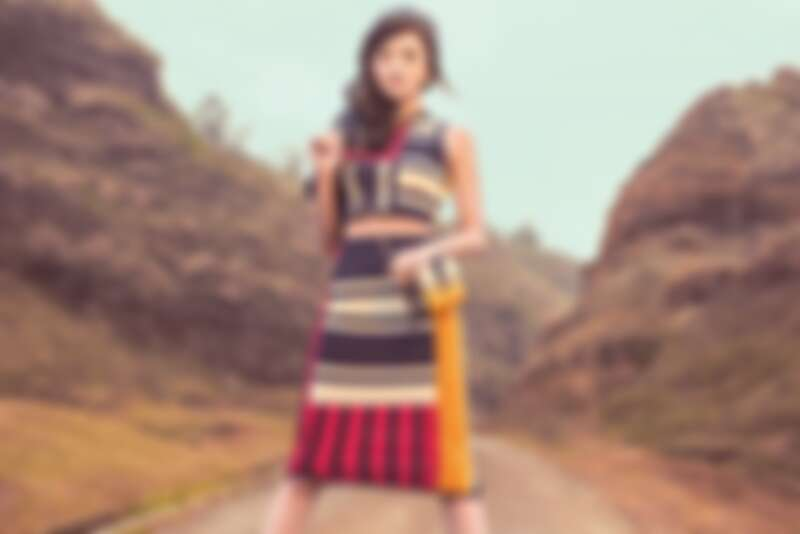 TommyXGigi 幾何條紋短背心、幾何條紋高腰窄裙、圖紋絲巾、條紋鏈帶小肩背包,all by Tommy Hilfiger。
