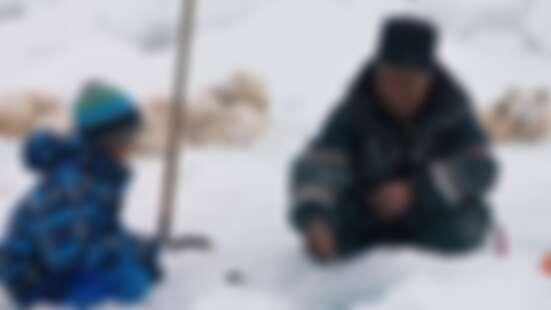 我都騎月月上學!《北極上學趣》帶你體驗天龍老師的「極光小學」震撼教育!