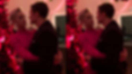 凱蒂佩芮和奧蘭多布魯情人節訂婚啦!相差8歲修成正果,兩人甜蜜相視畫面太甜了