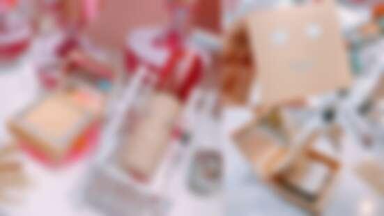 Benefit雙效柔膚蜜粉餅超可愛又貼心!外殼有笑臉圖案,打開來雙層設計一次附上粉撲與刷具