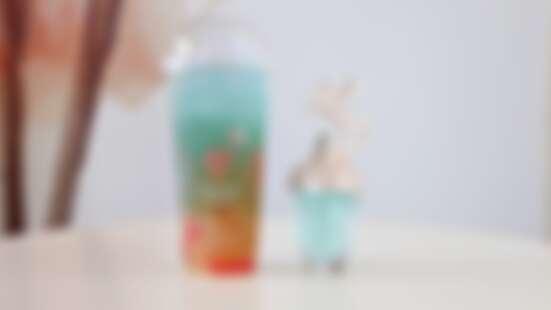 根本是小美人魚的飲料!ANNA SUI香氛x丸作食茶推出「under the sea藍海初戀」,夢幻藍綠色漸層是滿滿的海洋清新感