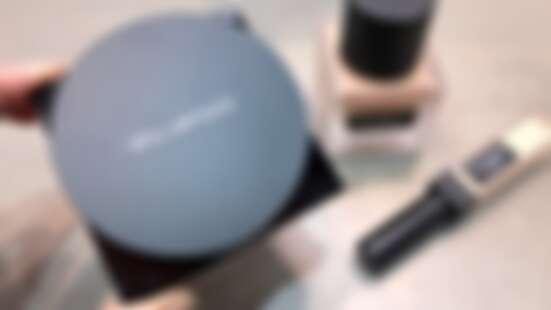 植村秀「小方塊」推出氣墊版!無極限超時氣墊粉餅主打輕薄、持久、質感霧光,上圓下方外盒超有記憶點!