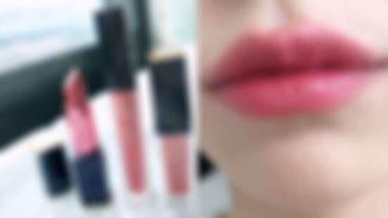 雅詩蘭黛口紅代表色「#420玫瑰荔枝」出列!絕美百搭的玫瑰豆沙色,一口氣推出潤唇膏、唇釉、絲絨唇露3種質地